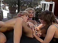 Anal seks, Lezbiyenler, Üçlü