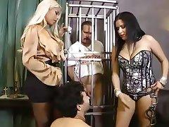 Bisexuel, Homme nu et filles habillées, Femme dominatrice